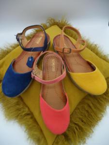 Schuhe bunt auf kissen